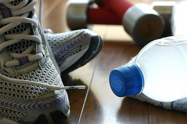 運動靴と水