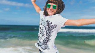 海辺女性ジャンプ