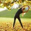 公園で体操する女性