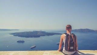 海を眺める男性