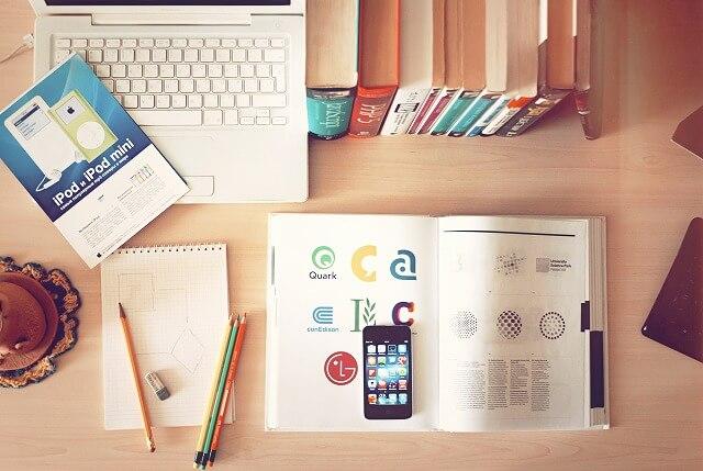 デザイナーの机